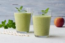 Gurken-Smoothie serviert in zwei Trinkgläsern.