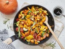 Geprüfte IN FORM-Rezepte, IN FORM, gesunde Rezepte, gesunde Ernährung, gesundes Essen, gesund essen, gesund abnehmen, abnehmen, gesund kochen, DGE, Deutsche Gesellschaft für Ernährung, Rezept, Kochrezept, kochen, Kürbis, Gemüse, Gemüsepfanne, vegan