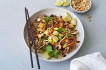 Vegetarisches Pad Thai, serviert auf einem weißen Teller und mit Essstächen.