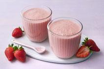 Erdbeer-Smoothie, serviert in zwei Trinkgläsern.