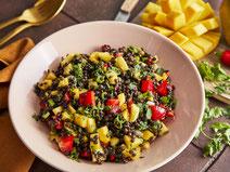 Feta-Zitronen-Pasta-Salat, serviert auf einem weißen Teller.