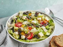 Salat mit Feta in einer Salatschüssel.