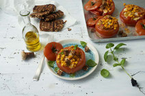 IN FORM, gesunde Rezepte, gesunde Ernährung, gesundes Essen, gesund essen, gesund abnehmen, gesund kochen, Deutsche Gesellschaft für Ernährung, Rezept, Kochrezept, kochen, gefüllte Grilltomaten, vegetarisch grillen, vegetarische Grillrezepte, Tomaten