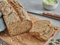 Dinkel-Buchweizen-Brot auf einem Holzbrett.