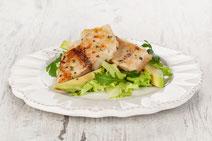 Knusperfisch auf Rucola, Fisch auf Rucola, Fisch auf Salat, Fisch und Salat, Fisch und Salat auf einem Teller, Salat mit Avocado, Seelachs, Seelachsfilet, Seelachs mit Salat, Seelachsfilet mit Salat