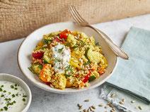 Hirse-Gemüse-Pfanne serviert auf einem weißen Teller.