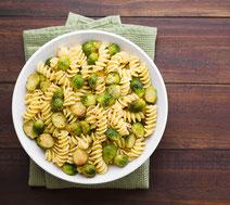Geprüfte IN FORM-Rezepte, IN FORM, DGE, vegetarisch, vegetarisch kochen, vegetarisch essen, vegetarisches Essen, vegetarisches Rezept, vegetarische Küche, gesunde Ernährung, Ernährung, Gesundheit, Pasta, Rosenkohl, Knoblauch, Pasta-Rezept
