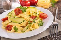 Geprüfte IN FORM-Rezepte, IN FORM, gesunde Rezepte, gesunde Ernährung, gesundes Essen, gesund essen, gesund abnehmen, abnehmen, gesund kochen, DGE, Deutsche Gesellschaft für Ernährung, Rezept, Kochrezept, kochen, Pasta, Nudeln, Zucchini, Tomaten, Orangen