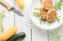 Geprüfte IN FORM-Rezepte, IN FORM, gesunde Rezepte, gesunde Ernährung, gesundes Essen, gesund essen, gesund abnehmen, abnehmen, gesund kochen, DGE, Deutsche Gesellschaft für Ernährung, Rezept, Kochrezept, kochen, Zucchini, Puffer, Zucchinipuffer, Apfel