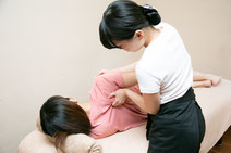 パソコン疲労コースは、hogushiリラクゼーション浜松町店で一番人気のコースです!上半身のお疲れなのに、触ってほしくない足までマッサージされることはありませんか?当サロンでは、完全にお客様のご要望にお応えした施術のみを致します。特に眼精疲労や首肩が疲れている方にはおススメのコースとなっております。首・肩・肩甲骨・頭・目の周りのみの施術になっております。仕事の合間のリフレッシュにお越し下さい。港区、浜松町、大門で、格安、安い、安価のマッサージ店です。
