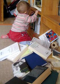 Kleinkind mit Büchern