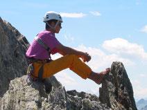 Kletterfrau, ihre Füsse aus den Kletterschuhen zum entspannen und entlüften...