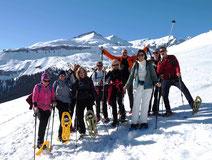 Gruppenbild vergnügter Schneeschuhwanderer