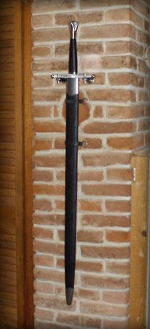 Schwert an Ziegelwand