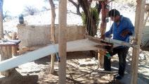 Artisan travaillant sur son métier à tisser sur la boucle de Salta en Argentine