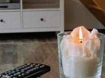 Fernbedienung, Kerze, Werbefoto Ferienhaus