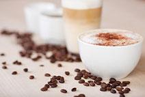 Kaffee, Tee, Kakao, Sahne, Zucker und Gebäck. Und natürlich eine Kaffeemaschine.