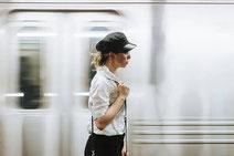駅を歩く女性の画像