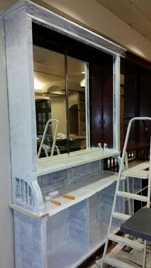 Renovierungsarbeiten vor 3 Jahren: Das riesige, fast deckenhohe alte Spiegelregal sollte unbedingt erhalten werden