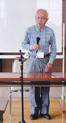 樗堂・子規の新資料を説明  今村氏  写真:髙村会員