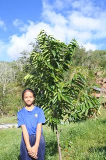 「山火事で地元の森が焼けてしまい、 とても悲しい気持ちになりました。友だち と力を合わせて、ふるさとに緑を取り戻す 活動をしていきたいと思います」と語って くれたミシェルさん(10 歳)