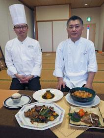 レシピを開発した(右から)遠藤シェフと本多料理長=27日午後、健康福祉センター