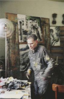 Tetjus Tügel (1950-2018) bei der Entstehung des Bildzyklus. Foto: Ada Leddin, 2001