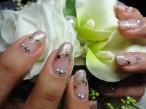 juicy nailsでは、お客様のイメージを 大切にし、華やかなネイルから清楚で落着いたネイルまで、確かな技術で お一人お一人に合ったネイルのご提供を心がけています。
