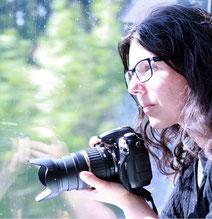 Jennifer Scales mit Kamera im Zug