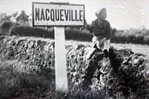 Moi à côté du panneau Nacqueville