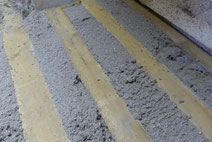 Der Zellulose-Dämmstoff hat den Hohlraum unter den Holzwolleplatten sauber und dicht ausgefüllt.