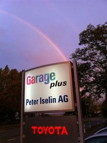 Garagentafel vor Regenbogen