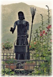 Eine Plastik einer Hexe in Triora
