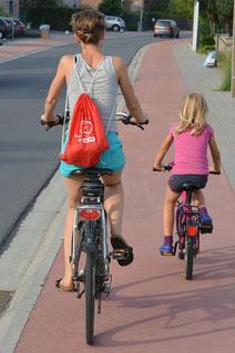 Eltern sollten ihrer Vorbildfunktion nachkommen und einen Helm im Alltag tragen ©Pixabay - Ben Kerckx