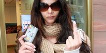 Micaela Schäfer vorm kündigen ihres Deutsche Bank Kontos