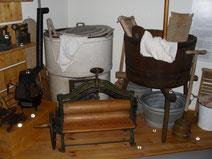 Waschzuber, Waschbrett und Wäschekorb