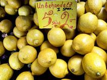 Regionale Feinkost aus Food-Manufakturen und Hofläden. Zitronen mit Preisschild auf einem Marktstand.
