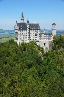 Schloss Neuschwanstein mit Forggensee im Hintergrund