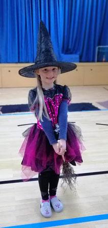 Ein Mädchen hat sich als Hexe verkleidet