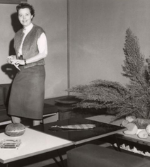 Charlotte Perriand at home in Tokyo, 1954 @AChP - zur Verfügung gestellt von Artcurial, Paris