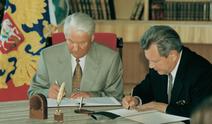 Boris Jelzin unterschreibt mit Füller aus der Reihe Classic Collections