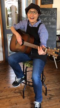 岐阜県 川辺町 家具工房ウッドスケッチ ギター演奏用椅子 ギタリスト練習チェア ギタリストの椅子 ギター椅子 木製ギター椅子 サドル型 三本足 WOODSKETCH WoodSketch ギターマンチェアー アコースティックギター椅子 ギターチェアー