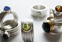 Matte und polierte Silberringe mit Edelsteinen