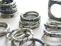 Verschiedene Ringe aus Silber mit ornamentalen geschwärzten Strukturen