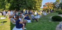 auditoire attentif dans le jardin clos du château La Hitte pour le groupe de musique 5K7 de Toulouse