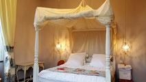 Chambre nuptiale avec lit à baldaquin dans une tour du Château La Hitte en Gascogne