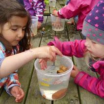 Kinder spielen mit Wasser