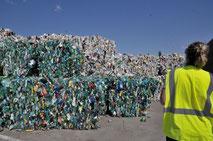 balles de plastiques triées selon leur couleur : claire ou foncée