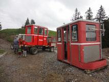 Die aufgefrischte, alte Bähndli-Kabine wird wieder bereit gemacht für unseren Selbstbedienungs-Kühlschrank.