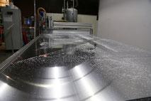 Maschine beim Fräsen von Aluminium.